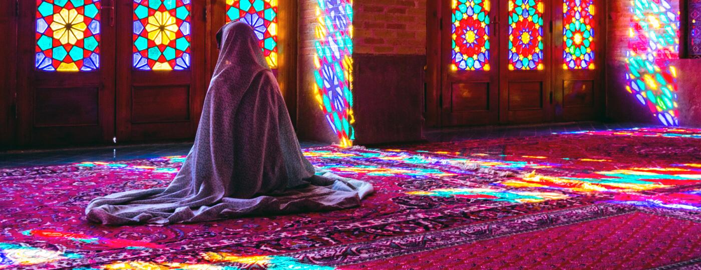 image_of_cloaked_woman_in_mosque_GettyImages-665276878_1800