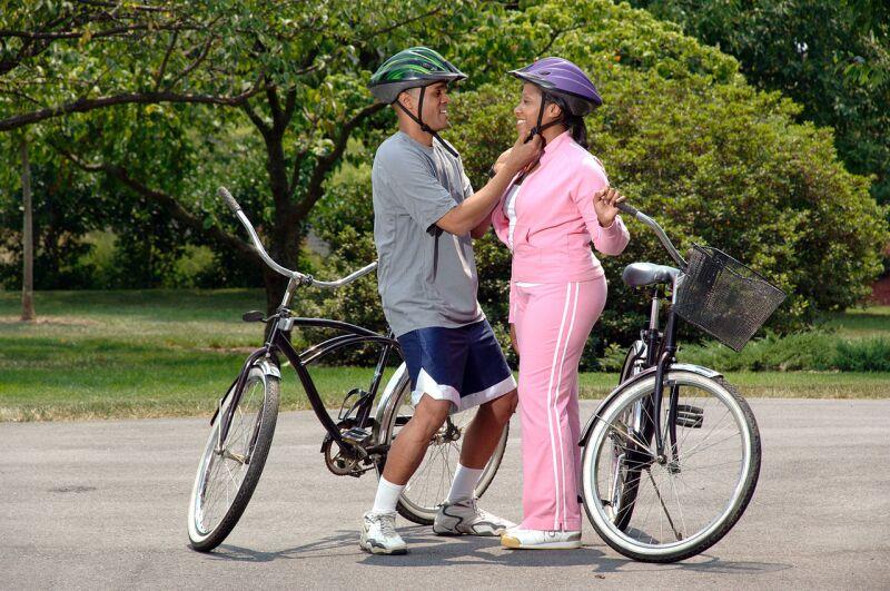 Couple-preparing-for-bike-ride