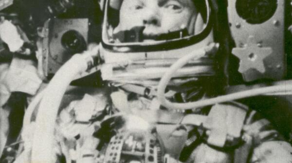 astronaut-john-glenn-in-a-state-of-weightlessness-during-friendship