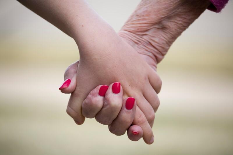 Abuela y nieto de manos