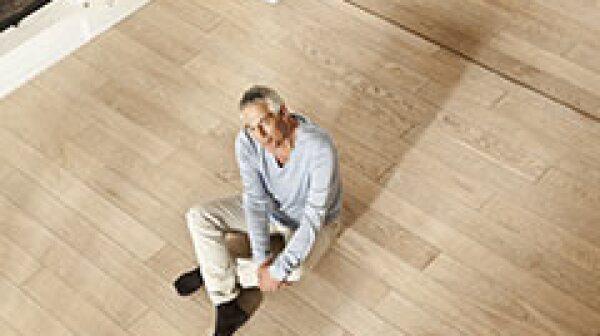 240-man-sitting-floor-stand-up-health-test