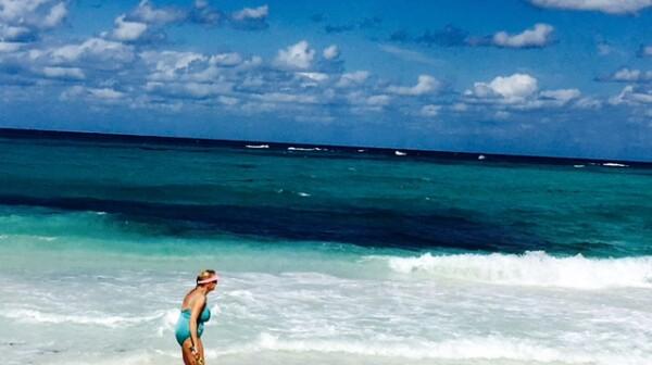 Rivera Maya, playa, mujer mayor trotando