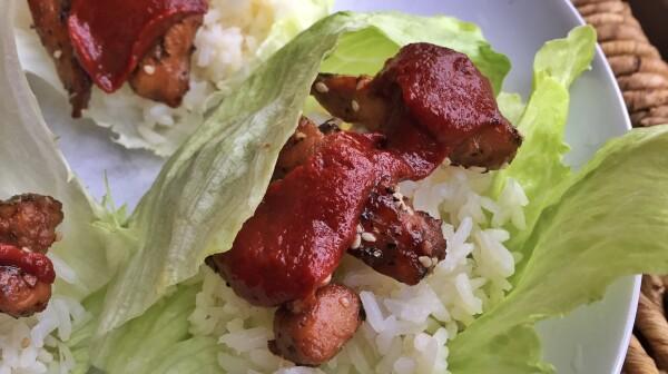 rollitos de lechuga con arroz y pollo