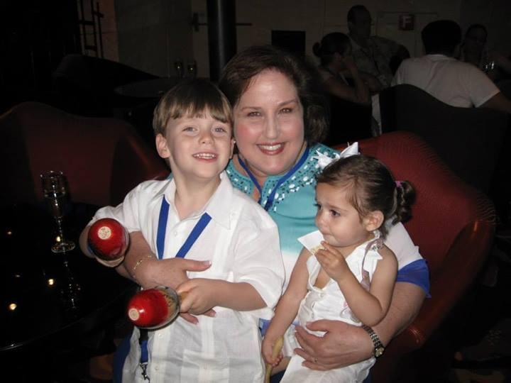 La autora con sus nietos.