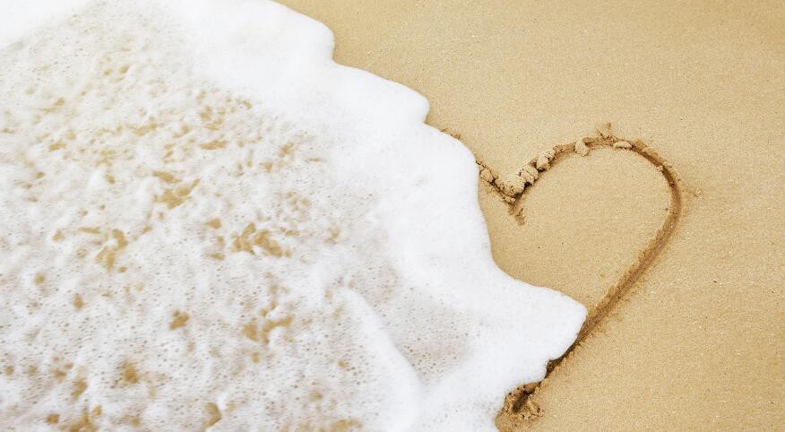 USA, Hawaii, Maui, Makena Beach State Park, wave on heart drawn in sand
