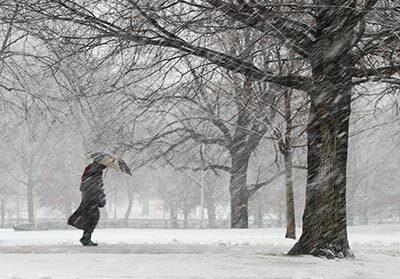 400-walking-blizzard-stay-safe-winter-weather