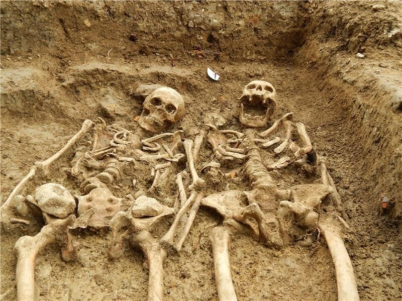 couple-skeletons-holding-hands