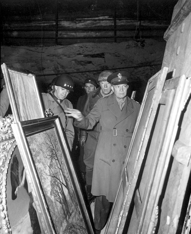 627px-Eisenhower,_Bradley_and_Patton_inspect_looted_art_HD-SN-99-02758
