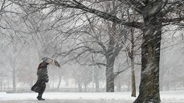 400-walking-blizzard-stay-safe-winter-weather
