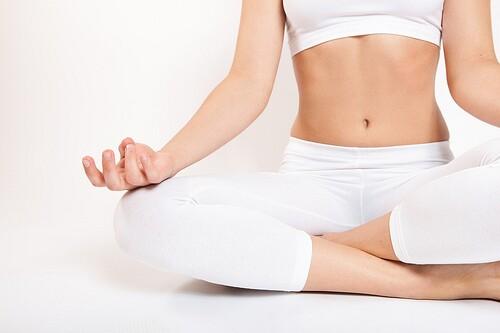 Mujer practica el Yoga