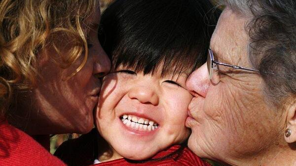 Multi-generational family kissing