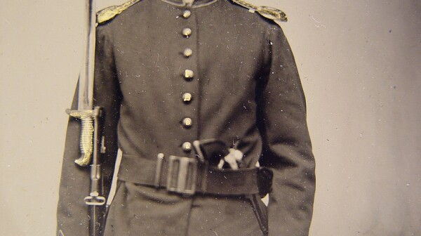Young Union soldier holding weapons