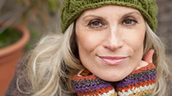 240-woman-warm-clothing-winter-skincare-aging